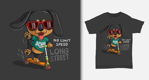 Desenho fofo dachshund andando de scooter com design de camiseta