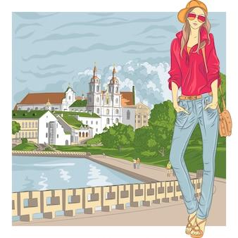 Desenho vetorial de uma menina elegante da moda em jeans, jaqueta, boné com óculos e bolsa na cidade velha, trinity suburb, minsk, belarus