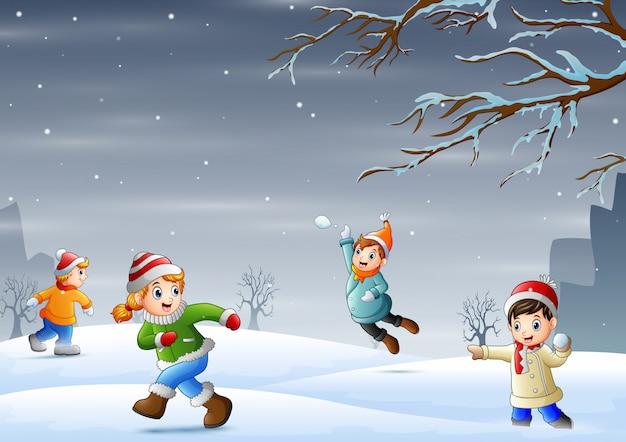Desenhos animados as crianças se divertindo no ar livre nevado