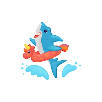 Desenhos animados bonitos do tubarão nadando na água com um anel inflável