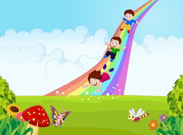 Desenhos animados criancinhas jogando slide arco-íris na selva