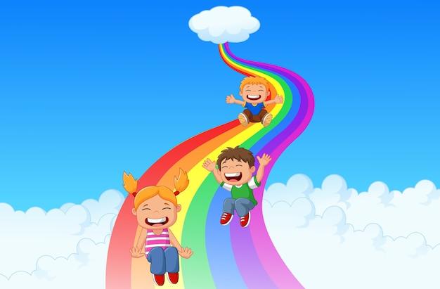 Desenhos animados criancinhas jogando slide arco-íris