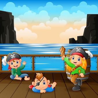 Desenhos animados de bebês piratas em um deck