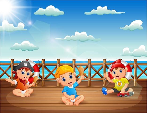 Desenhos animados de bebês piratas no convés de um navio