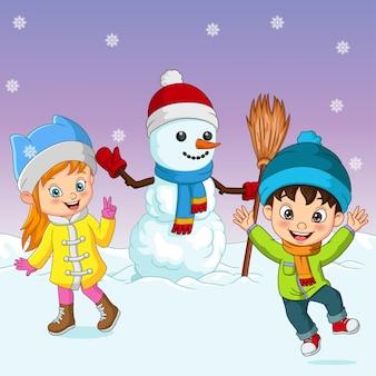 Desenhos animados de crianças brincando na neve com um boneco de neve