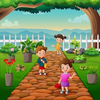 Desenhos animados de crianças em idade escolar passando pelo parque