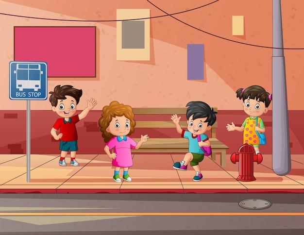 Desenhos animados de crianças felizes na rua