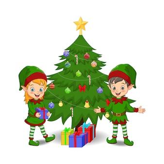 Desenhos animados de duendes decorando uma árvore de natal