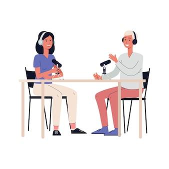 Desenhos animados de pessoas gravando um podcast - homem e mulher com microfone e fones de ouvido, sentados à mesa e conversando para uma transmissão de áudio de rádio, plano