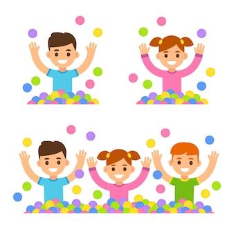 Desenhos animados fofos, meninos e meninas brincando em uma piscina de bolinhas