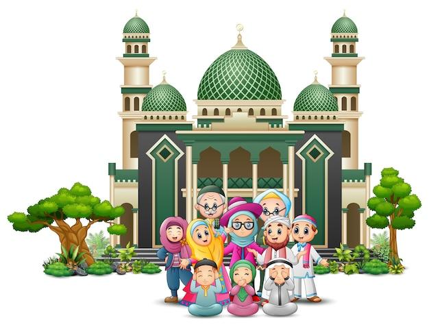 Desenhos animados islâmicos felizes dos miúdos que jogam na frente de uma mesquita