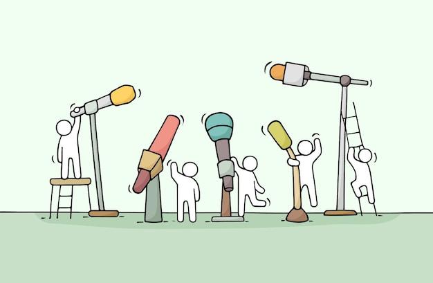 Desenhos animados trabalhando pequenas pessoas com microfones. ilustração desenhada à mão