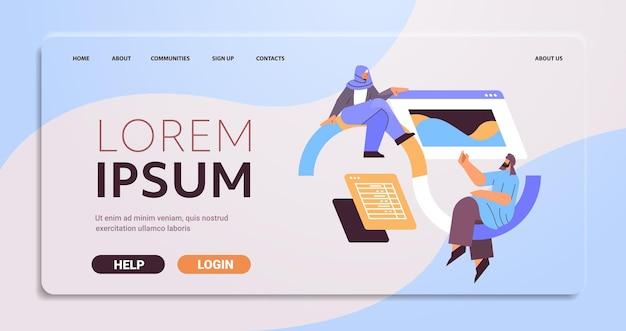 Desenvolvedores árabes criando website interface de interface do usuário da web, programa de desenvolvimento de aplicativos, conceito de otimização de software, ilustração vetorial de espaço de cópia de comprimento total