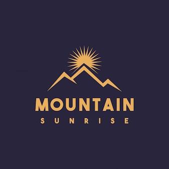 Design criativo do logotipo do nascer do sol da montanha Vetor Premium