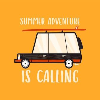Design de camiseta vetorial de estilo linear simples com carro de acampamento e a inscrição summer adventure is calling em um fundo amarelo