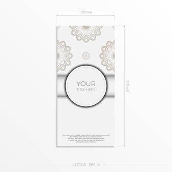 Design de cartão postal elegante branco com padrões vintage em azul escuro. cartão de convite de vetor com ornamento grego.