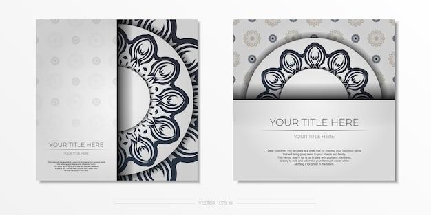 Design de cartão postal elegante branco com padrões vintage em azul escuro. convite elegante com ornamentos gregos.