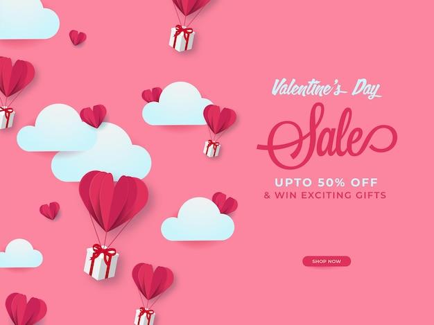 Design de cartaz de venda de dia dos namorados com oferta de desconto, balões de coração de corte de papel, caixas de presente e nuvens sobre fundo rosa.