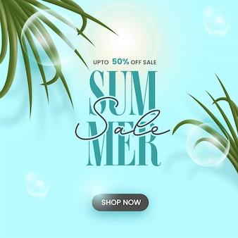 Design de cartaz de venda de verão com oferta de desconto de 50% e folhas no fundo azul do sol.