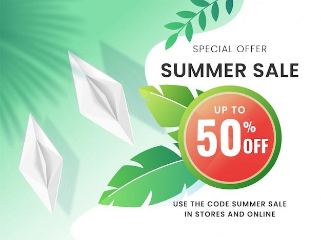 Design de cartaz de venda verão com desconto de 50%, folhas tropicais e barquinhos de papel em fundo verde e branco.