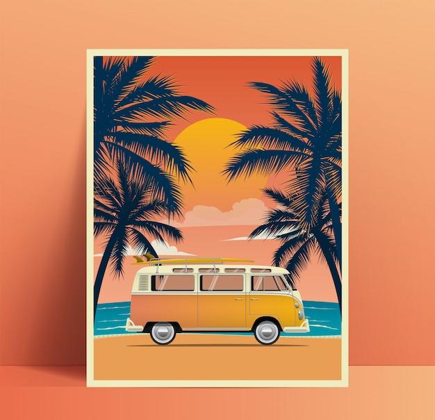Design de cartaz de viagens de verão com van vintage surf na praia com silhuetas de palmas ao pôr do sol. ilustração