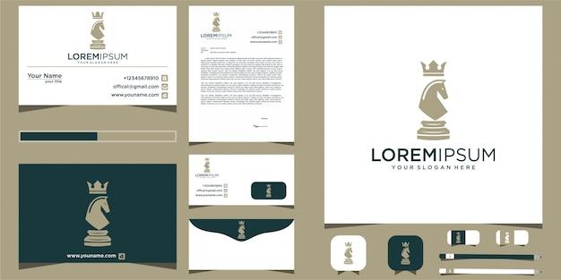Design de cavalo logotipo xadrez com artigos de papelaria