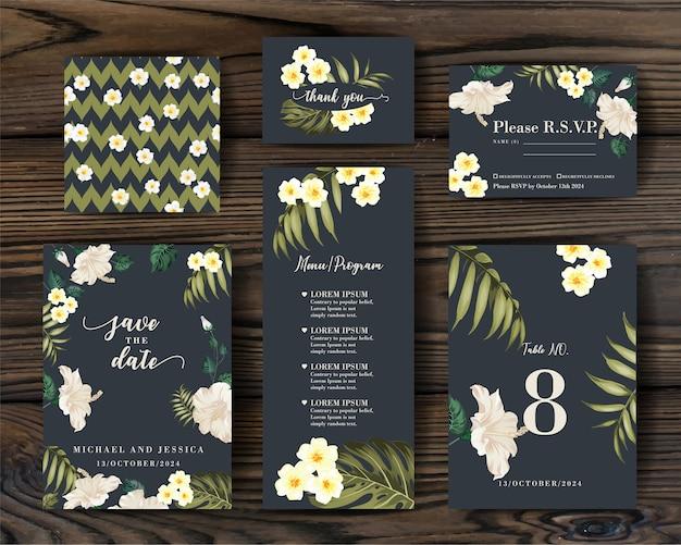 Design de convite de coleção com flores tropicais e palmeiras.