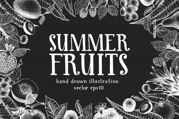 Design de frutas e bagas de mão desenhada no quadro de giz. fundo de comida vintage