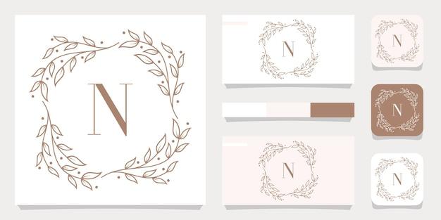Design de logotipo da letra n de luxo com modelo de moldura floral, design de cartão de visita