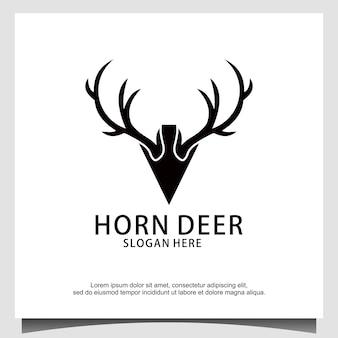 Design de logotipo de caça com lança de chifre de cervo