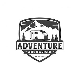 Design de logotipo de distintivo de campistas de aventura