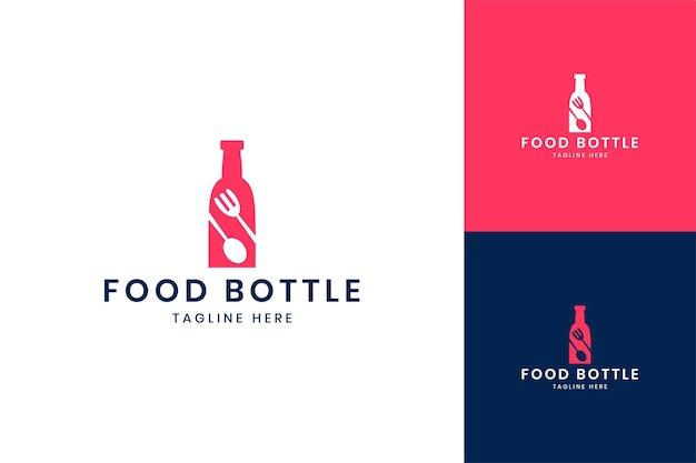 Design de logotipo de espaço negativo de garrafa de comida