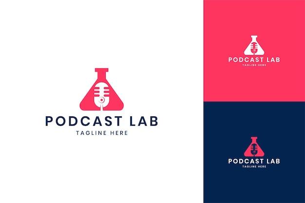 Design de logotipo de espaço negativo de laboratório de podcast