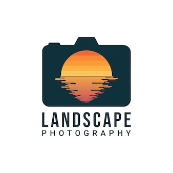 Design de logotipo de fotógrafo de paisagem. câmera digital e lente em forma de design de sol e água. logotipo do fotógrafo da natureza