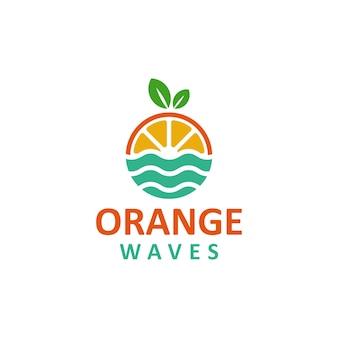 Design de logotipo de frutas laranja com ondas do mar