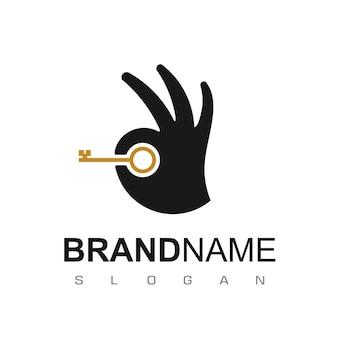 Design de logotipo de imóveis com símbolo de mão e chave