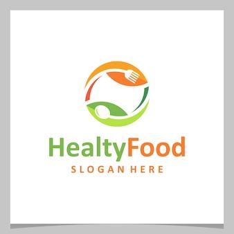 Design de logotipo de inspiração comida saudável com talheres e folhas. vetor premium