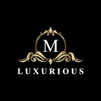 Design de logotipo de luxo com monograma letra m, cor dourada, flor de luxo Vetor Premium