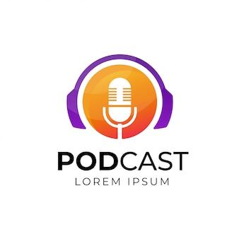 Design de logotipo de podcast ou rádio usando o ícone de microfone e fone de ouvido
