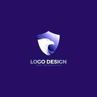 Design de logotipo de rosto de águia de escudo