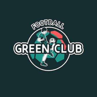 Design de logotipo do clube de futebol verde com jogador de futebol fazendo malabarismo com bola plana ilustração vintage