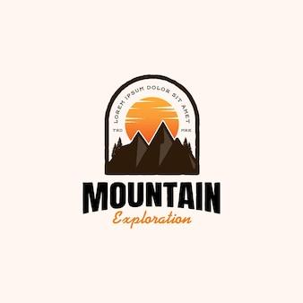 Design de logotipo do emblema vintage de aventura na montanha
