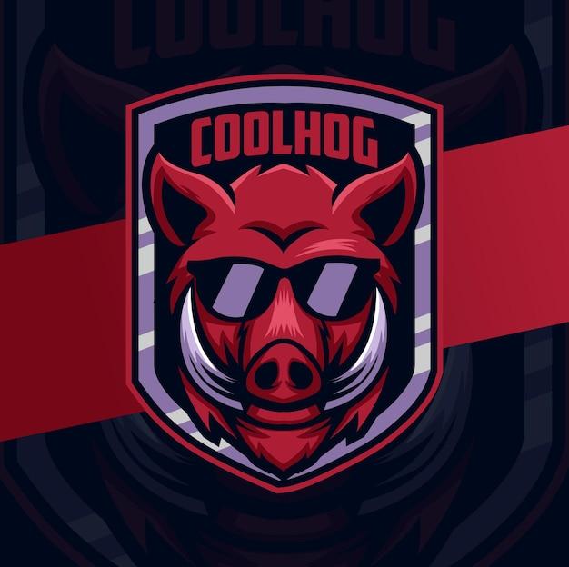 Design de logotipo do personagem mascote cabeça de porco de javali com crachá e óculos
