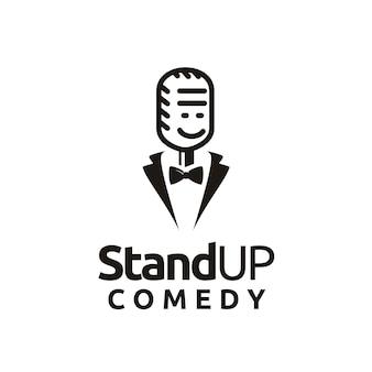Design de logotipo do stand up comedy cara sorridente de microfone engraçado com gravata borboleta e terno de smoking