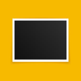 Design de maquete de molduras para fotos. molduras para fotos isolada em fundo amarelo.