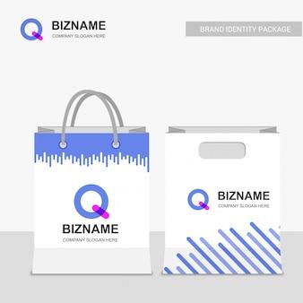 Design de sacos de compras da empresa com vetor de logotipo q