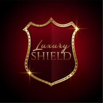 Design de símbolo de escudo dourado luxuoso em cores vermelhas