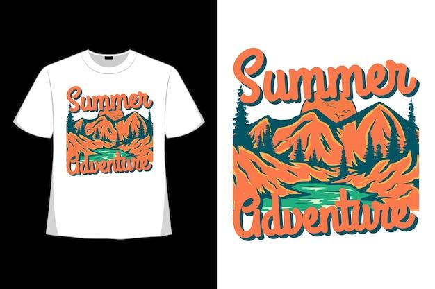 Design de t-shirt de aventura de verão montanha pinheiro desenhado à mão em estilo retro