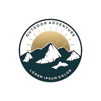 Design de vindima logotipo montanha ao ar livre