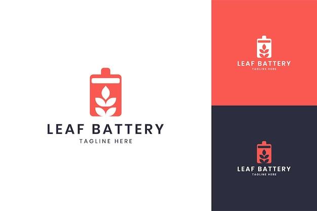 Design do logotipo do espaço negativo da bateria da folha